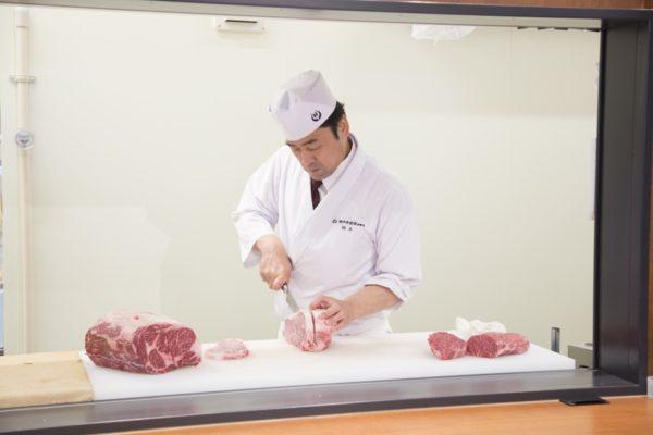 肉職人が肉を切る写真